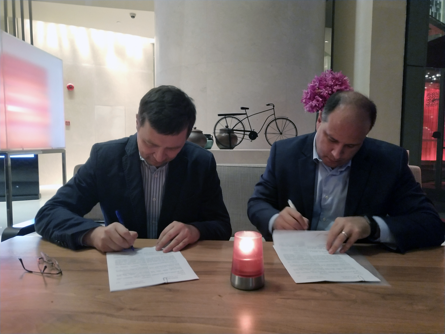 Eric-Schmidt-and-Andrey-K.-Zhukovskiy-signing-EventBank-Russia-joint-venture-in-Shanghai-China.png